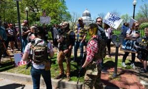 Tres hombres armados con rifles semiautomáticos en Jefferson City, Missouri, participan en una protesta contra la estancia de Covid-19 en su casa, Missouri, St. Louis, el 21 de abril de 2020.