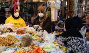 Las mujeres de compras en Bagdad después de los encierros se relajaron parcialmente