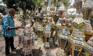 Linternas de Ramadán en una tienda en El Cairo, Egipto