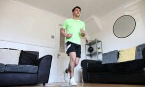El coronel Bignell está entrenando para su maratón en su habitación delantera.