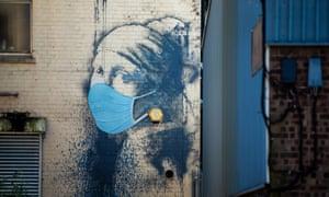 La niña con el tímpano de Banksy en Hanover Place Bristol, con la adición de una máscara médica.