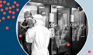 Un hombre habla con una enfermera en una cabina de pruebas afuera del Hospital Yangji en Seúl