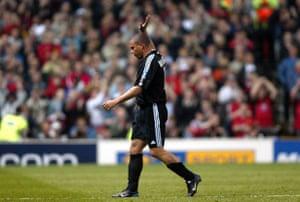 Ronaldo reconoce a los dos grupos de seguidores que lo hacen una gran ovación.