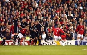 David Beckham ejecuta el tiro libre para marcar el tercer gol del United.