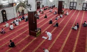 Los indonesios rezan y observan la distancia social en la primera noche del mes sagrado del Ramadán en una mezquita en Medan, al norte de Sumatra