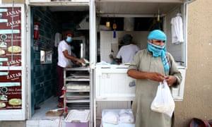 Los panaderos preparan pan en Satwa antes del mes sagrado del Ramadán en Dubai, Emiratos Árabes Unidos.