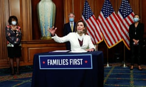 Presidenta de la Cámara Nancy Pelosi. El jueves, el Congreso aprobó un paquete de gastos de $ 500 mil millones.