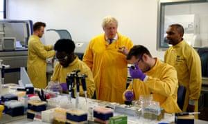 Boris Johnson visita un laboratorio del Servicio Nacional de Infecciones de Salud Pública de Inglaterra en Londres a principios de marzo.