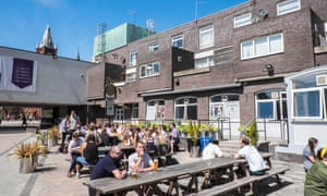 Estudiantes afuera de un pub en Liverpool el año pasado.