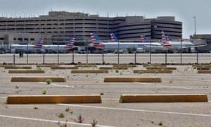 Los aviones inactivos de American Airlines se ven desde un estacionamiento vacío el sábado 4 de abril de 2020, en el Aeropuerto Internacional Phoenix Sky Harbor.