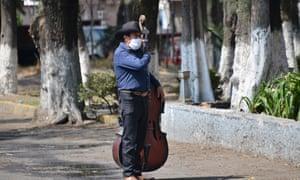 Un hombre vestido con ropa protectora como precaución contra el coronavirus en la Ciudad de México, México, 26 de abril de 2020.
