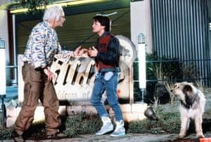 1989, REGRESO AL FUTURO PARTE IICHRISTOPHER LLOYD & AMP; MICHAEL J. FOX Personajes: Dr. Emmett Brown & amp; Marty McFly Film 'VOLVER AL FUTURO PARTE II; VOLVER AL FUTURO PARTE 2 '(1989) Dirigida por ROBERT ZEMECKIS 22 de noviembre de 1989 A84A2T Allstar / UNIVERSAL (USA 1998) ** DESCARGO DE RESPONSABILIDAD ** Esta fotografía es solo para uso editorial y es propiedad de UNIVERSAL y / o el fotógrafo transferido por la compañía de producción o producción cinematográfica & amp; solo se puede reproducir mediante publicaciones como parte de la promoción de la película anterior. Se requiere crédito obligatorio a UNIVERSAL. El fotógrafo también debe ser acreditado cuando se conoce. No se puede otorgar ningún uso comercial sin la autorización por escrito de la compañía cinematográfica.