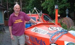 Graham y George Geary, un bote de remos de 22 años que construyó en su jardín.