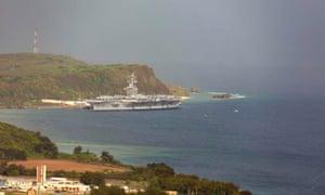 El portaaviones USS Theodore Roosevelt, está atracado en la Base Naval de Guam en el puerto de Apra en medio de la pandemia de coronavirus el lunes 27 de abril de 2020.
