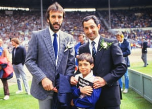 Ricky Villa y Ossie Ardiles de Spurs con su hijo disfrutan del ambiente antes del partido.