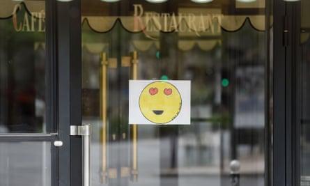 Un dibujo en una brasserie cerrada en París.