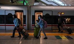 Pasajeros que llegan a la estación de Wuhan para tomar un tren con destino a Shanghái después de que se hayan levantado los bloqueos de la ciudad.