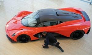 El nuevo Aston Martin Valhalla en exhibición en el Silverlink Shopping Park en Wallsend, Newcastle.