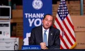 El Secretario de Salud y Servicios Humanos de los Estados Unidos, Alex Michael Azar II, habla durante un panel de discusión después de visitar el sitio de GE Healthcare Manufacturing en Madison, Wisconsin, el 21 de abril de 2020.