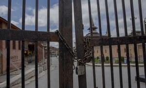 Una puerta cerrada a Jamia Masjid en Srinagar
