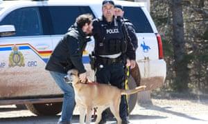 Un oficial de RCMP en el puesto de control de Portapique Beach Road después de que un presunto sospechoso fue arrestado.