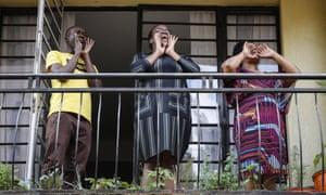 Los residentes cantan desde el balcón de su departamento