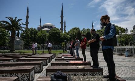 Oración del viernes en la plaza Sultanahmet con Ayasofya detrás.