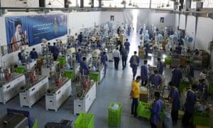 Vista general de una línea de producción para la fabricación de máscaras faciales en una fábrica en Karaj, Irán, 28 de junio de 2020.