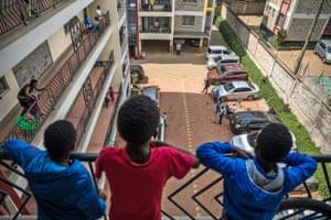 Adoración desde el balcón en Nairobi