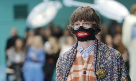 Un modelo de la colección otoño / invierno 2018-19 de Gucci se presenta en la Semana de la Moda de Milán.