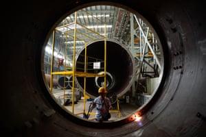 Un empleado trabaja en una línea de producción de turbinas eólicas en una fábrica de China Construction Equipment and Engineering en Nanjing, en la provincia china de Jiangsu.