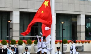 Las banderas de China y Hong Kong se liberan durante la ceremonia de izado de la bandera.