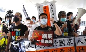 Los manifestantes a favor de la democracia gritan