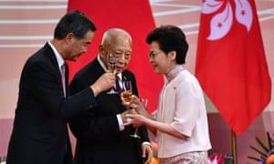 El CEO de Hong Kong, Carrie Lam, brinda por sus predecesores, Tung Chee-hwa (C) y Leung Chun-ying (L).