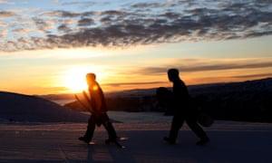 Los esquiadores y practicantes de snowboard llegan el día de la inauguración de la temporada de nieve en Cardrona.