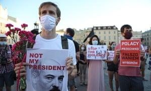 Los manifestantes en Cracovia, Polonia, se manifiestan en apoyo de los bielorrusos que desafían la reelección de Alexander Lukashenko como presidente.