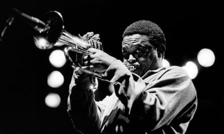 Hugh Masekela en el escenario en 1980