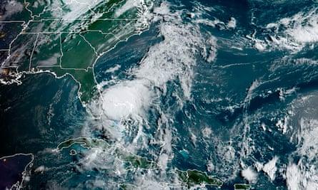 Una imagen satelital del domingo de Isaías frente a la costa sureste de Florida en el Océano Atlántico.