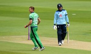 Craig Young de Irlanda celebra tomar el wicket de Jason Roy de Inglaterra.