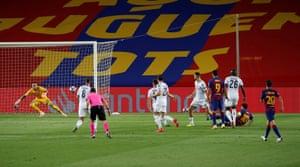 Lionel Messi anota un segundo gol sublime.
