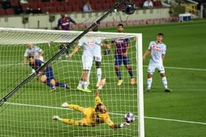 El portero David Ospina es golpeado por el disparo de Messi.