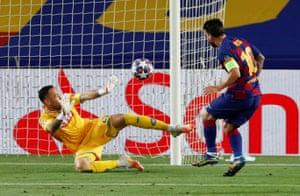 Messi marca el tercer gol que se anula tras un examen VAR.