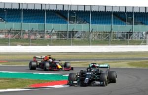 Hamilton, perseguido por Verstappen.
