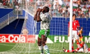 Rashidi Yekini celebra el gol de Nigeria contra Bulgaria.