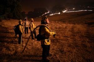 Los bomberos intentan apagar el incendio de Hennessey. Actualmente hay más de 300 incendios conocidos en el estado.