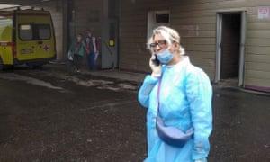 Un médico habla por teléfono fuera de la unidad de cuidados intensivos del hospital donde Alexei Navalny está siendo tratado en Omsk.