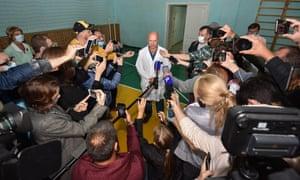 El subdirector de atención médica de emergencia en el hospital número uno, Anatoly Kalinichenko, habla con los reporteros en el estado de Navalny.