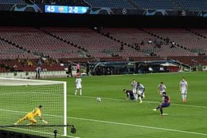 Luis Suárez marca el tercero desde el punto de penalti.