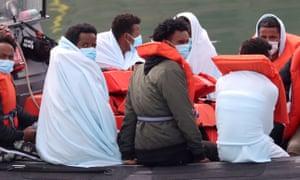 Los migrantes son llevados a Dover