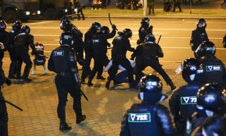 La policía usa porras contra los manifestantes en una segunda noche de protestas en Minsk el lunes.